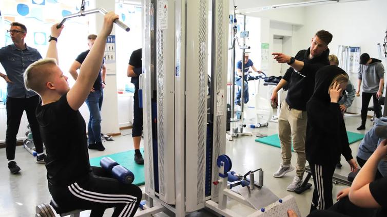 Koulun oma personal trainer pitää nuoret liikkumassa tekemällä urheilusta hauskaa