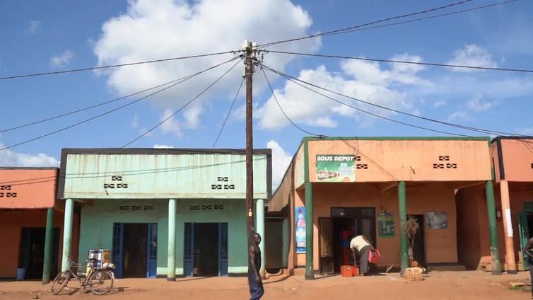 """""""Jääkaappi olisi mahtava"""" – sähkö ei ole itsestäänselvyys Afrikassa"""