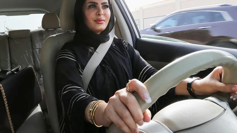 Saudi-Arabiassa myönnettiin naisille ensimmäiset passit ilman miesholhoojan suostumusta