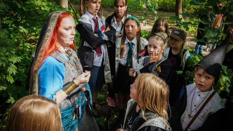 Loitsuja ja taikajuomien valmistamista – lapsille suunnatut larpit ovat tämän syksyn hitti