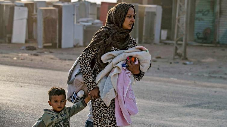Turkki hyökkäsi Syyriaan - Siviilit pakenevat sodan tieltä