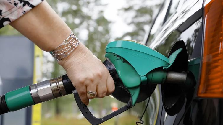 Taloustutkijoiden teholääke autoilun päästöihin: Bensan ja dieselin myynti pantava kortille