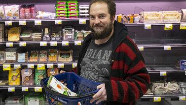Ruokakauppojen ale-tuotteiden ostaminen ei ole enää noloa vaan järkevä ilmastoteko