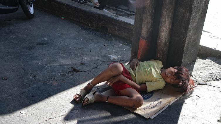 Nuorisotyöntekijät yrittävät pelastaa katulapsia Manilan yöstä