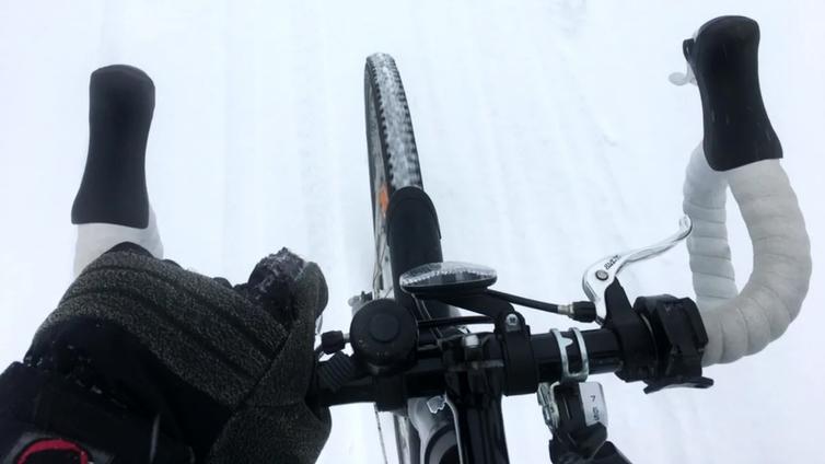 Pääkaupunkiseudulla testataan ympäristöystävällisempää liukkauden torjuntaa pyöräteillä