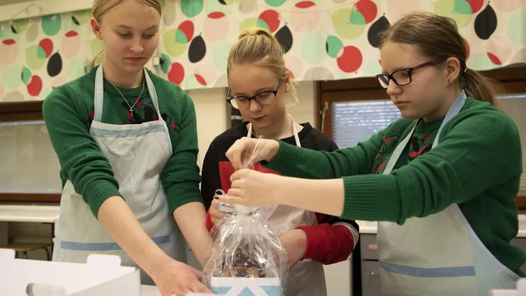 Kuopiolaiskoulu leipoo joka vuosi piparkakkutaloja lastenosastolle