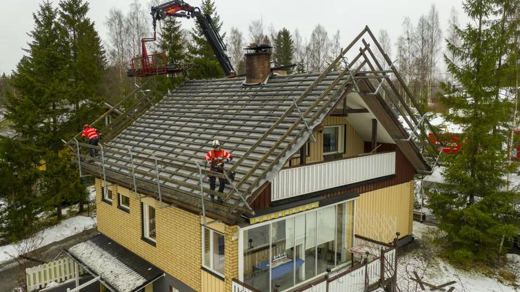 Vaihteleva talvisää laittaa talojen katot koville