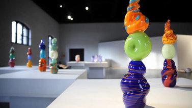 Graffititaiteilija EGS avaa lasia ja maalauksia yhdistelevän näyttelyn Suomen lasimuseoon