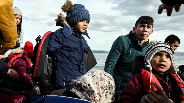 Tuhannet siirtolaiset pyrkivät Turkista Kreikan kautta EU:n alueelle