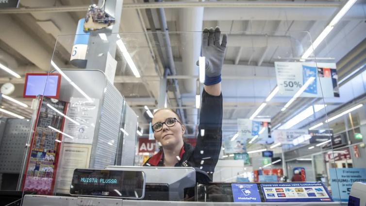 Kauppojen kassoille asennetaan suojapleksejä, jotta virus ei leviä