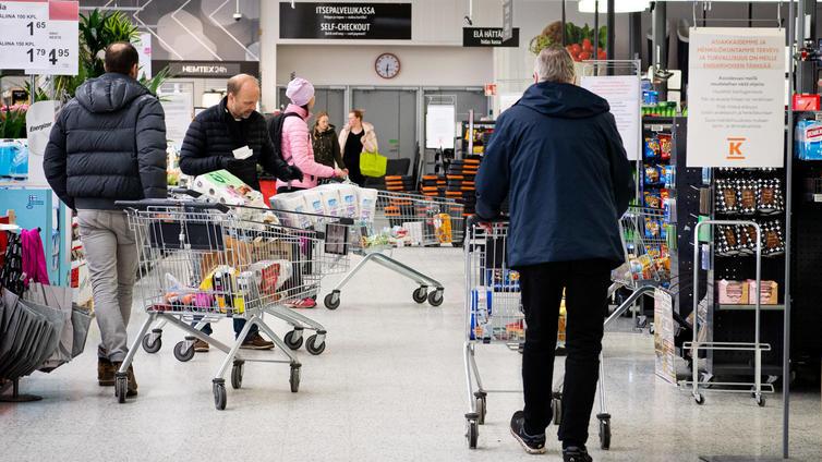 Suomalaiset vähensivät kuluttamistaan korona-aikana