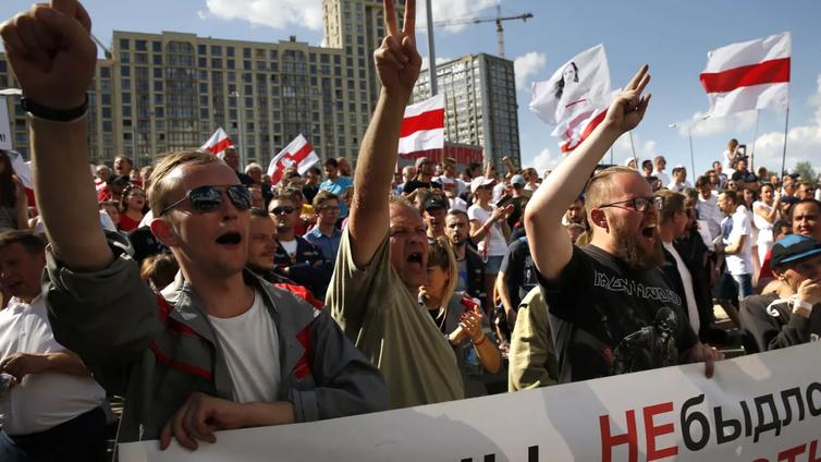 Valkovenäläiset protestoivat presidentti Aljaksandr Lukašenkaa vastaan