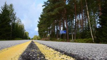 Keltaiset viivat poistuvat maanteiltä - robottiautot pitävät enemmän valkoisesta