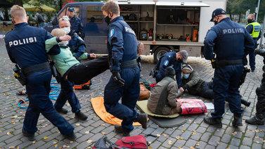 Poliisi käytti kaasusumutetta ilmastomielenosoittajia vastaan