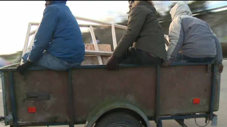 Calais'n siirtolaiset pyrkivät Britanniaan jopa meren ali
