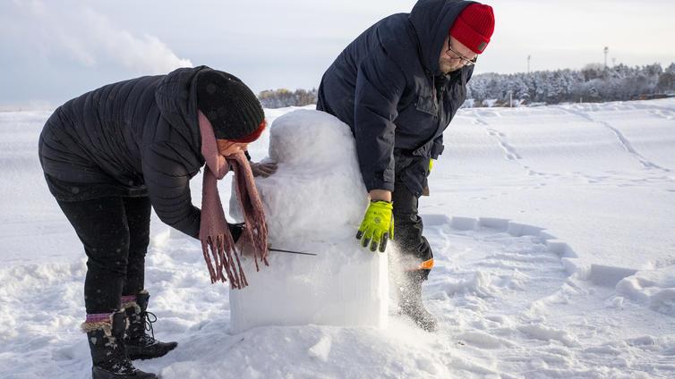Ammattilaisen mukaan täydellinen lumiukko syntyy pakkaslumesta
