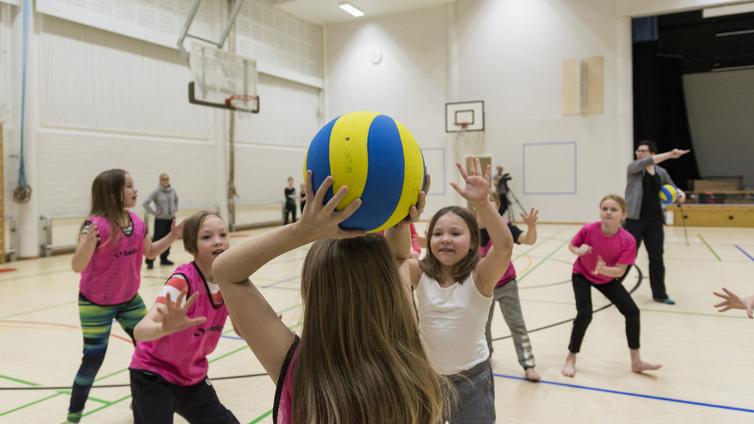 Koululaiset osallistuvat innolla harrastekerhoon koulupäivän jälkeen