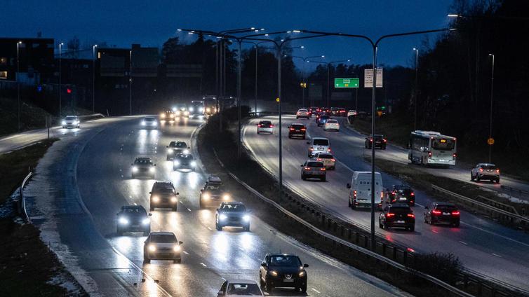 Liikenteen päästöjen leikkaaminen herättää erimielisyyttä