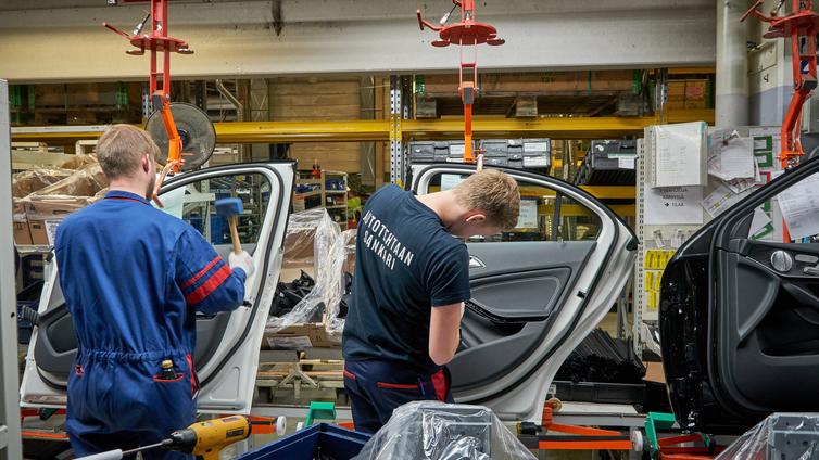 Autotehtaan väki vaihtuu tiuhaan, kun nuoret uupuvat liukuhihnalle