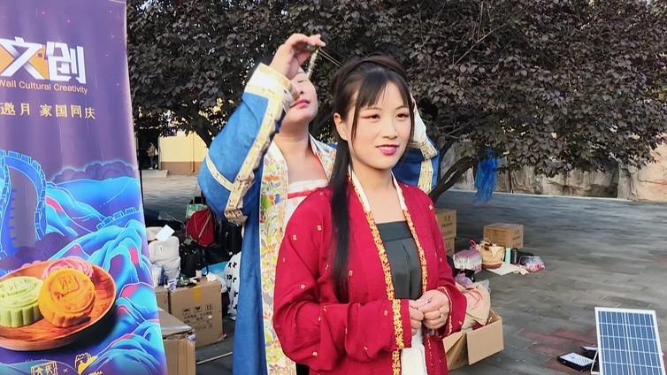 Kiinalaisnuoret vaihtoivat nykyvaatteet tuhat vuotta vanhaan muotiin