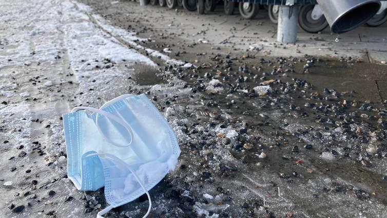 Kertakäyttömaskit rumentavat tienvarsia ja tukkivat vesipumppuja