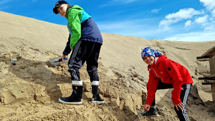 Hiekka muuttuu pelihahmoiksi koululaisten käsissä Lappeenrannassa