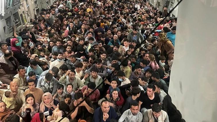 Kabulin lentokentällä kaaos, kun ihmiset pyrkivät pois Afganistanista
