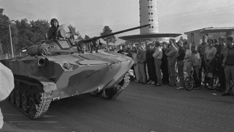 Viro vapautui 30 vuotta sitten telaketjujen kalistessa