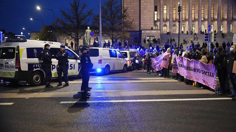 Poliisi hajotti Elokapinan mielenilmauksen Helsingin keskustassa