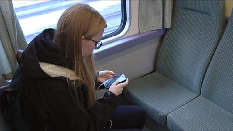 Älypuhelin opettaa abille kieliä junamatkalla