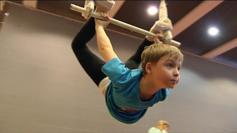 Sirkusharrastaja liikkuu ja taiteilee ilman kilpailupakkoa